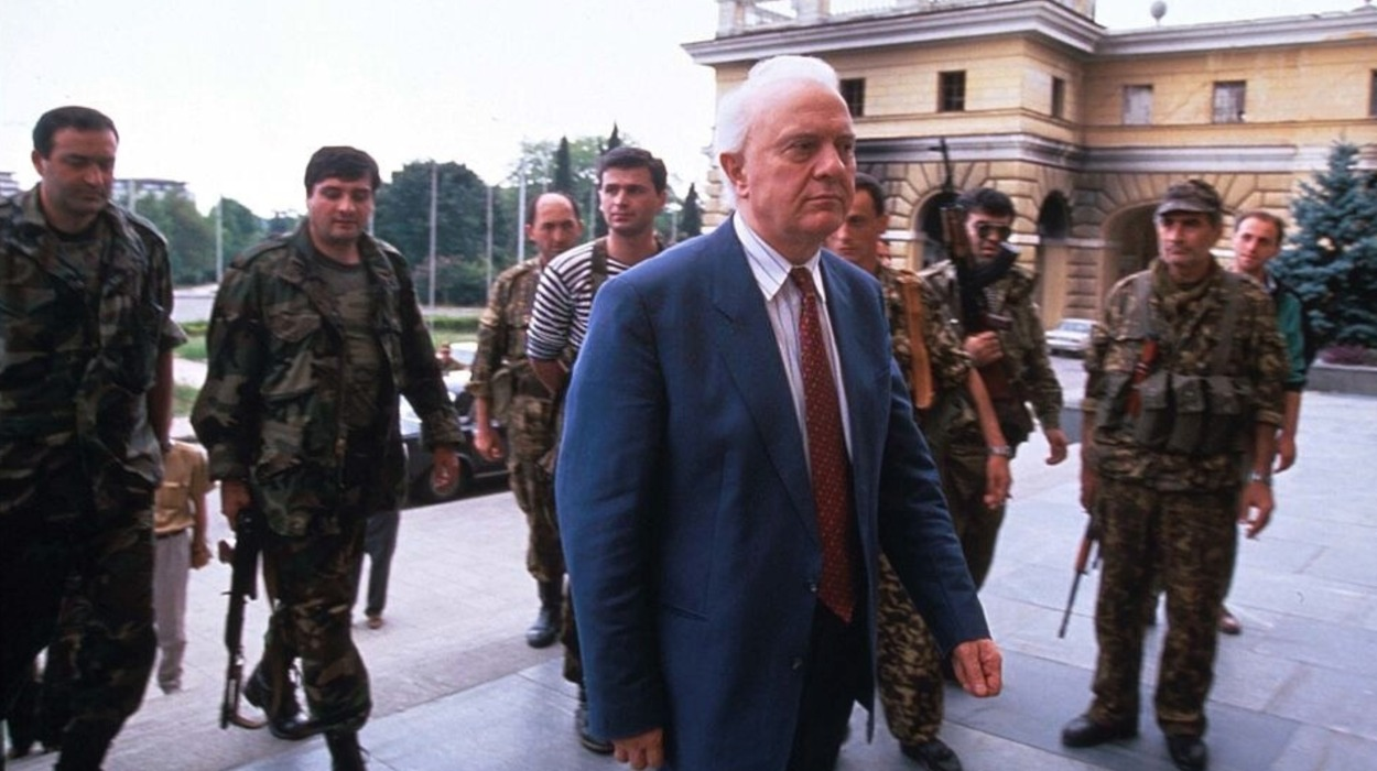 Eduard Shevardnadze stands with soldiers at the parliament building in Sukhum.